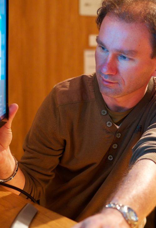 <b>Roman, technical specialist</b><br> Co technik… vytříbený technik! Žádná akce se neobejde bez technického vybavení. A na to máme Romana. Počítače, elektronika a nejrůznější technické vychytávky, to je jeho. Na rozdíl od techniky je extrémně odolný proti stresu 😉 Vždycky všechno rozchodí, a přitom ho neopouští smysl pro humor – vtipem sice nesrší, ale když něco řekne, sedne to jako… však vy víte.